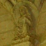 Cul de lampe absidiole sud est. Femme assise bénissant et tenant un livre
